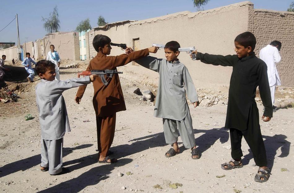 Desgarçons afghans jouent avec des armes-jouets pour le premier jour de l'Aïd al-Adha en Octobre.