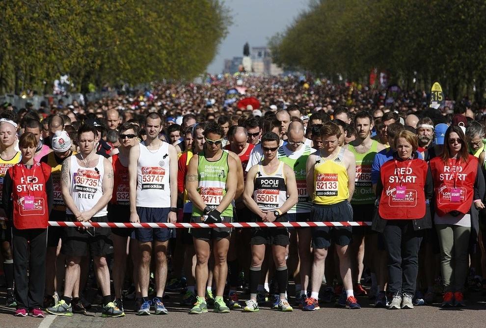 Les coureurs font un moment de silence pour les victimes des attentats du marathon de Boston avant le début du marathon de Londres à Greenwich, au sud-est de Londres.